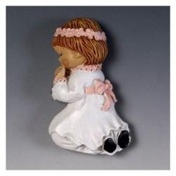 Fille de communion à genoux avec un aimant en anneau